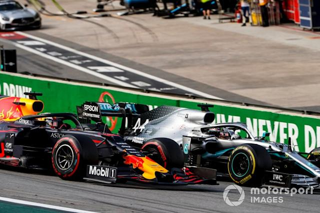 "Lewis Hamilton, Mercedes AMG F1 W10, lotta con Max Verstappen, Red Bull Racing RB15, alla prima ripartenza <span class=""copyright"">Zak Mauger / Motorsport Images</span>"