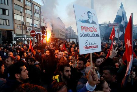 Supporters of main opposition Republican People's Party (CHP) wait for the arrival of newly elected Mayor Ekrem Imamoglu outside the City Hall in Istanbul, Turkey, April 17, 2019. REUTERS/Kemal Aslan