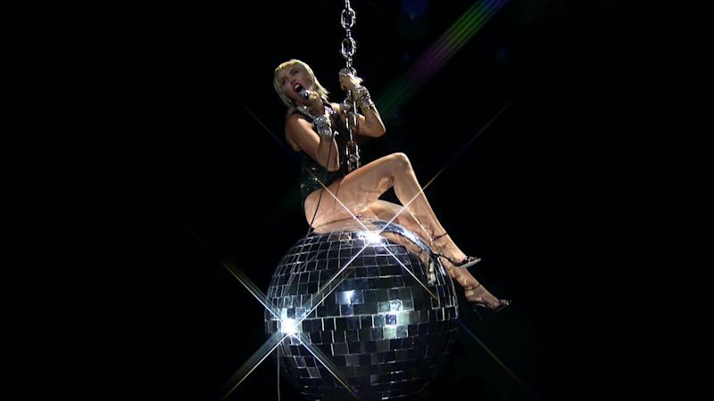 Miley Cyrus reenacts Wrecking Ball music video at VMAs