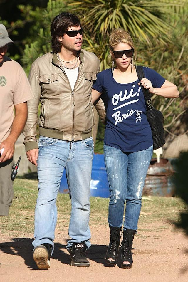 "Dressed down and sans makeup, Shakira and her beau, Antonio de la Rua, stayed close as they shopped for plants in Uruguay. Check out the funky footwear she's rockin'! <a href=""http://www.infdaily.com"" target=""new"">INFDaily.com</a> - December 17, 2009"