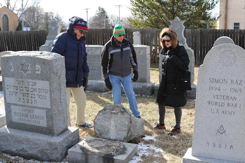 (L-R) Richard Markus, Sidney Markus (C)and Sandy Rosenthal look at a vandalized gravestone at Stone Road or Waad Hakolel Cemetery in Rochester, New York on March 3, 2017 (AFP Photo/Gretchen STUMME)