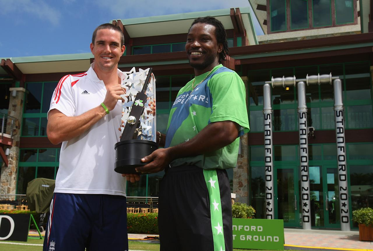 ST JOHNS, ANTIGUA AND BARBUDA - OCTOBER 31:  England captain Kevin Pietersen and Superstars captain Chris Gayle pose with the trophy during the England nets session at the Stanford Cricket Ground on October 31, 2008 in St Johns, Antigua.  (Photo by Tom Shaw/Getty Images)