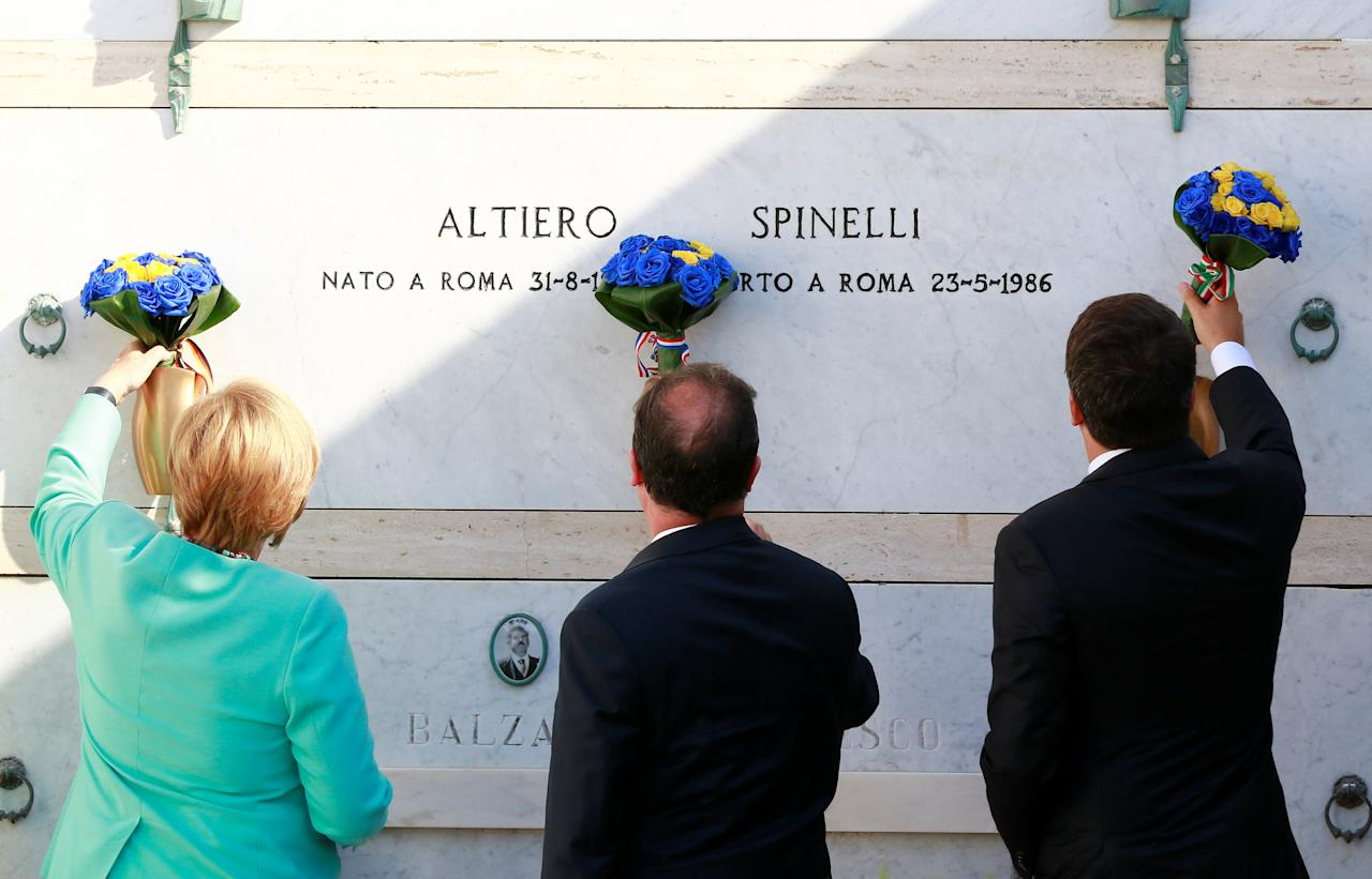 Italian Prime Minister Matteo Renzi, German Chancellor Angela Merkel (L) and French President Francois Hollande (C) pay respect at the grave of Altiero Spinelli on Ventotene island, central Italy, August 22, 2016. REUTERS/Carlo Hermann/Pool     TPX IMAGES OF THE DAY