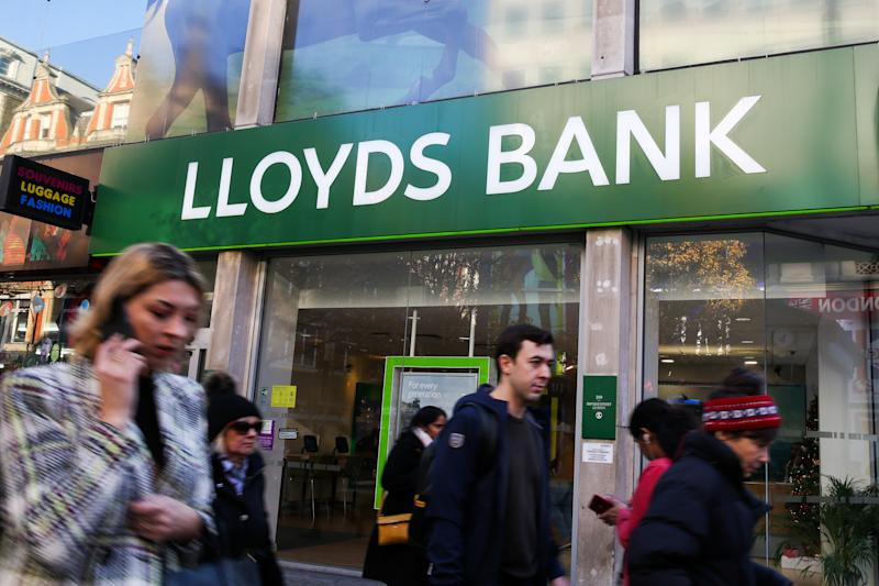 LONDON, UNITED KINGDOM - 2019/12/04: People walking past Lloyds Bank in London's West End. (Photo by Dinendra Haria/SOPA Images/LightRocket via Getty Images)