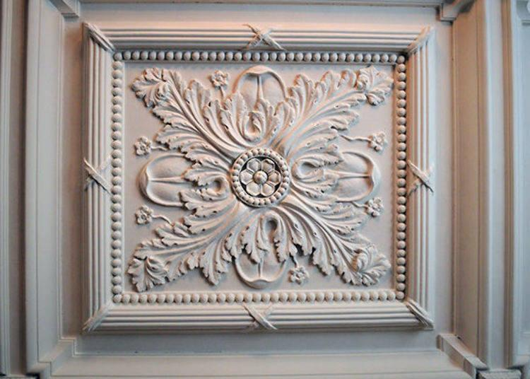 ▲There are also delicate and beautiful reliefs on the ceiling and walls. The motif is one of plants, such as oak and olive