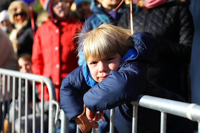 <p>A youngster along the parade route awaits the start of the 91st Macy's Thanksgiving Day Parade in New York, Nov. 23, 2017. (Photo: Gordon Donovan/Yahoo News) </p>