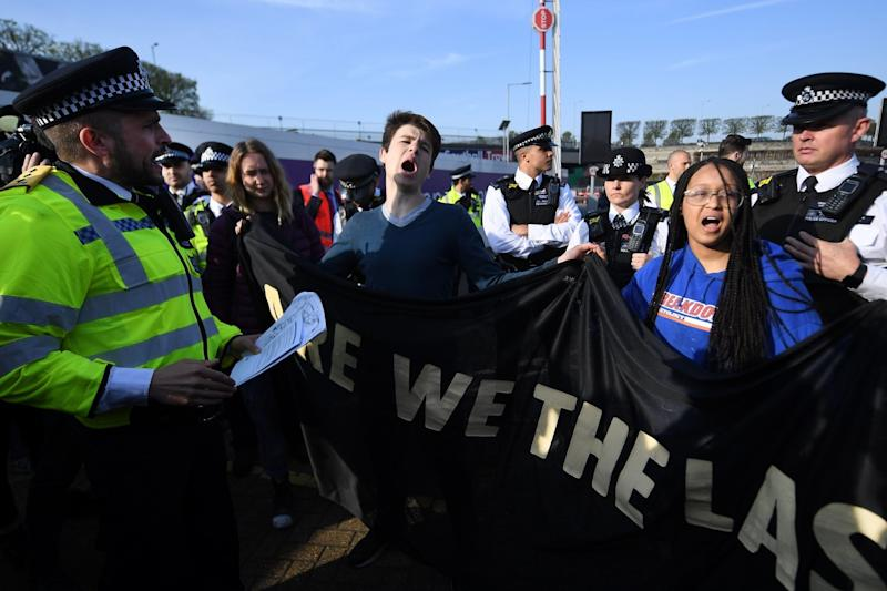 Extinction Rebellion: Footage shows moment four teenage climate-change protesters threatened with arrest at Heathrow