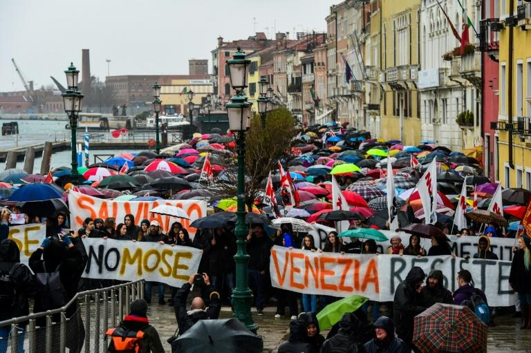 Braving heavy rain, between 2,000 and 3,000 people in Venice answered the call of environmental groups and a collective opposed to cruise ships