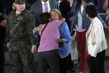 Chilean presidential candidate Michelle Bachelet is greeted by a supporter before voting during the presidential election in Santiago December 15, 2013. REUTERS/Ivan Alvarado