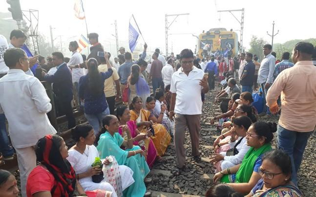 <p>Here's how locals are trying to help each other through today's Maharashtra Bandh, and the whole Bhima Koregaon-triggered caste conflict in Mumbai.</p>