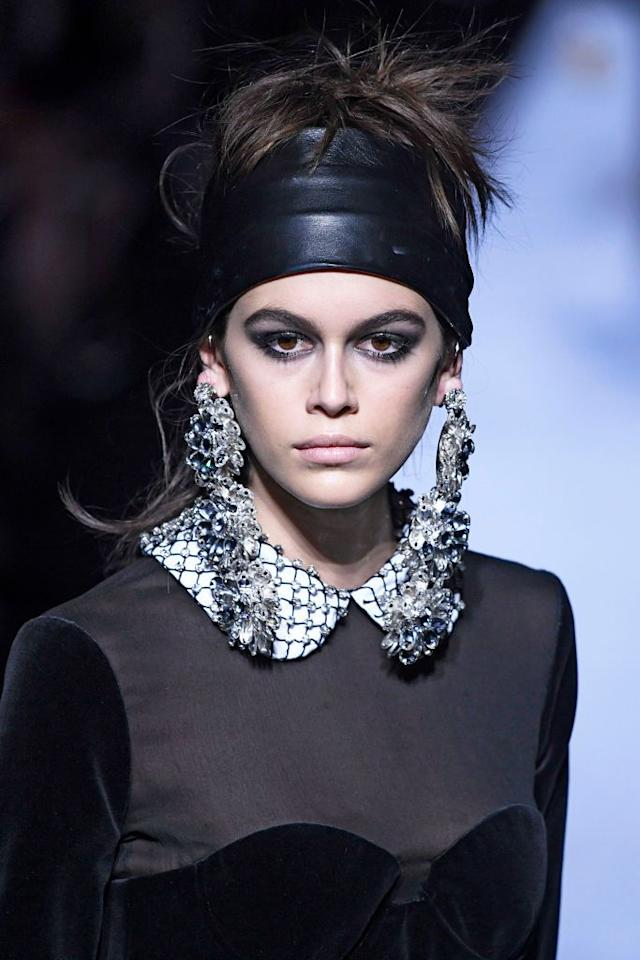 """<p><a rel=""""nofollow"""" href=""""https://www.crfashionbook.com/beauty/a16784801/tom-ford-fallwinter-2018-beauty/"""">Tom Ford</a> brought thick headbands back for his Fall 2018 ready-to-wear collection, juxtaposed by high ponies and chunky earrings. Stylist Orlando Pita wrapped the leather accessories around the heads of models before pinning the hair back or looping the locks into spunky updos.</p>"""
