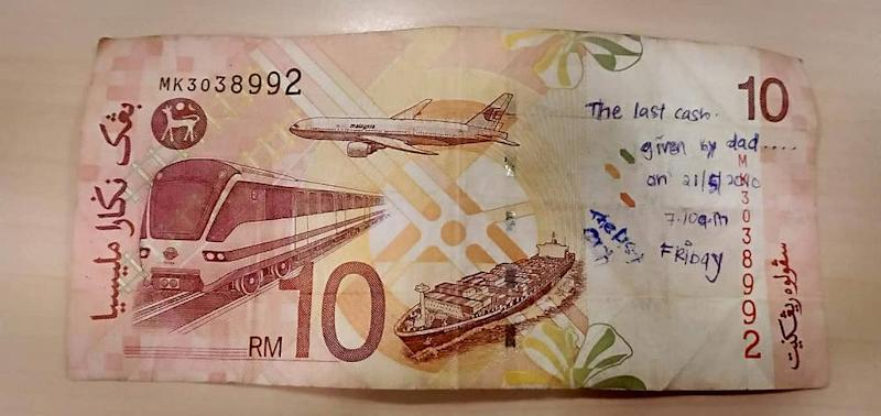 The touching inscription left on the RM10 note is sure to make anyone feel a little sad, let alone the owner who lost it, which is exactly why Hyza had to return it. — Picture via Facebook/Hyza Ezany