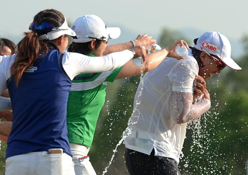 South Korean golfers congratulate compatriot Amy Yang (R) after she wins the Honda LPGA on March 1, 2015 (AFP Photo/Pornchai Kittiwongsakul)