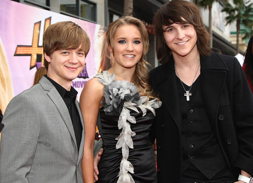 """<a href=""""http://movies.yahoo.com/movie/contributor/1809222068"""">Jason Earles</a>, <a href=""""http://movies.yahoo.com/movie/contributor/1804714148"""">Emily Osment</a> and <a href=""""http://movies.yahoo.com/movie/contributor/1808640620"""">Mitchel Musso</a> at the Los Angeles premiere of <a href=""""http://movies.yahoo.com/movie/1810025272/info"""">Hannah Montana The Movie</a> - 04/02/2009"""