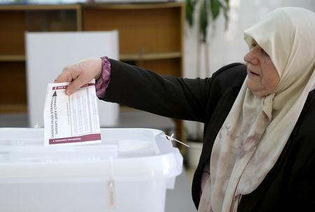 A woman casts her ballot during presidential and parliamentary elections at a polling centre in a school in Babino near Zenica, Bosnia and Herzegovina October 7, 2018.   REUTERS/Dado Ruvic