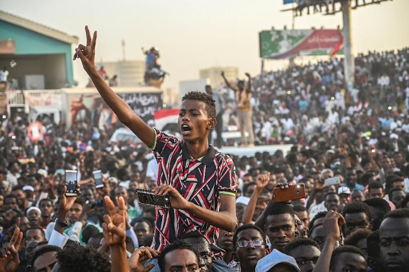 The rally outside Khartoum's army headquarters has continued for over two weeks despite the fall of longtime dictator Omar al-Bashir (AFP Photo/OZAN KOSE)