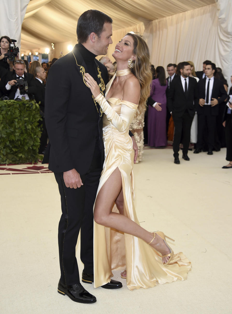 Brady and Bündchen wore matching looks Monday night at the Met Gala to celebrate the opening of the Heavenly Bodies: Fashion and the Catholic Imagination exhibition. (Photo: Evan Agostini/Invision/AP)