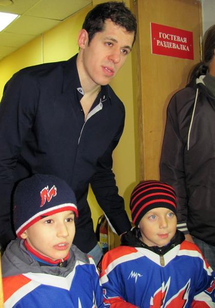 Evgeni Malkin gets photo taken with two young fans. (#NickInEurope)