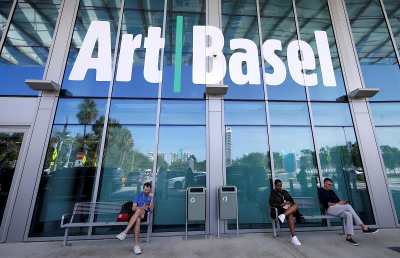 Art Basel patrons sit outside the front of the Miami Beach Convention center during Art Basel in Miami, Florida, USA, 04 December 2019. EFE/Rhona Wise