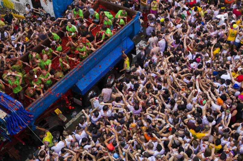 Revellers take part in the annual 'Tomatina' festivities in Bunol, near Valencia, on August 28, 2013 (AFP Photo/Gabriel Gallo)