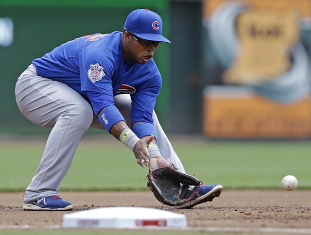 Chicago Cubs third baseman Luis Valbuena fields a ground ball hit by Cincinnati Reds' Devin Mesoraco in the first inning of a baseball game, Tuesday, July 8, 2014, in Cincinnati. Valbuena threw Mesoraco out at first. (AP Photo/Al Behrman)