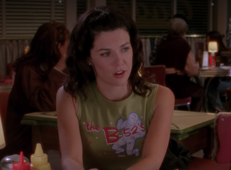 New wave nostalgia was all the rage in the early aughts, as Lorelai proves with her sleeveless graphic muscle tee in a uniquely 2000 shade of pea-green.