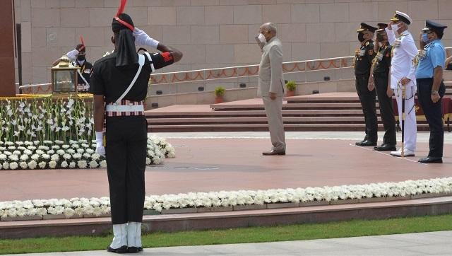 President Ram Nath Kovind paid tribute to the soldiers who have laid down their lives for the country at the National War Memorial near India Gate in Delhi. Image Credits: Twitter @Rashtrapatibhvn