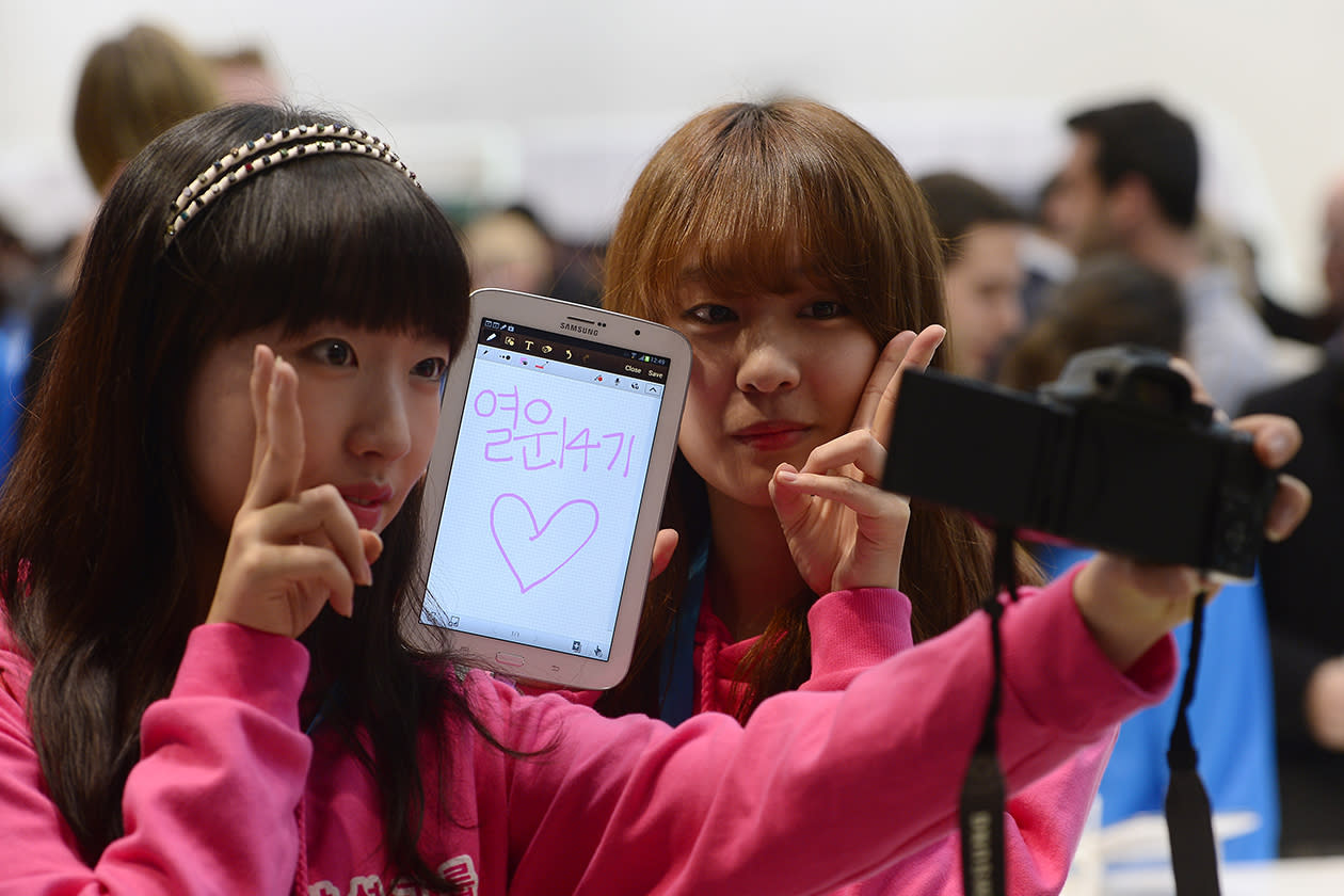 Visitors take a picture with the new Samsung Galaxy Note 8 at the Mobile World Congress.