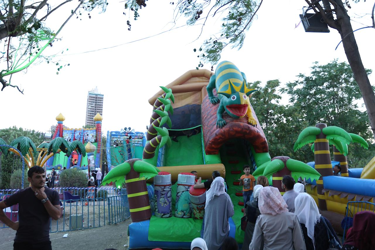 XYB12. Damascus (Syrian Arab Republic), 14/07/2018.- Children play in a bouncy bounce as they visit the 'al-Sham Gathers us' marketing festival held in the Tishreen public park in Damascus, Syria, 14 July 2018. The event was held by the Damascus Governorate with the cooperation of the ministry of tourism (Damasco, Siria) EFE/EPA/YOUSSEF BADAWI