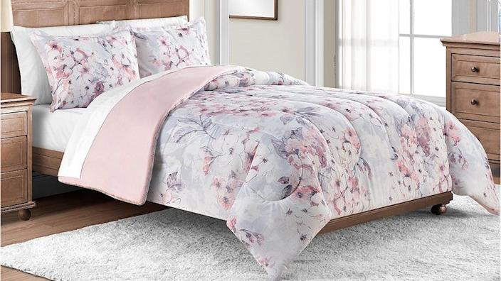 This three-piece bedding set comes complete with shams and a comforter.