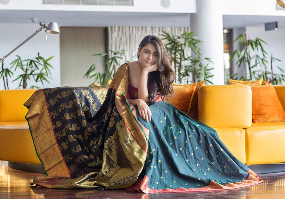 The <em>Arjun Reddy</em> actress bagged her first Hindi film with Yash Raj Films and has been cast opposite Raveer Singh in Divyang Thakkar's character comedy, <em>Jayeshbhai Jordaar</em>. For those who don't know yet,<em> Arjun Reddy</em> was a super-hit Telugu movie, and was remade in Hindi as <em>Kabir Singh. </em>Shalini, who had debuted with <em>Arjun Reddy,</em> was showered with praises from all directions for her brilliant performance.