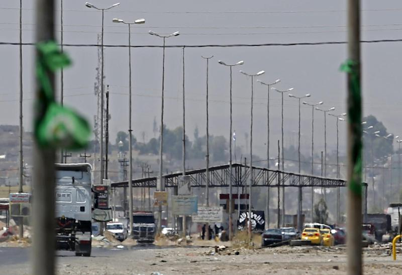 Militants hold a checkpoint on June 16, 2014 in Iraq's second city of Mosul, where jihadists executed three women this week (AFP Photo/Karim Sahib)