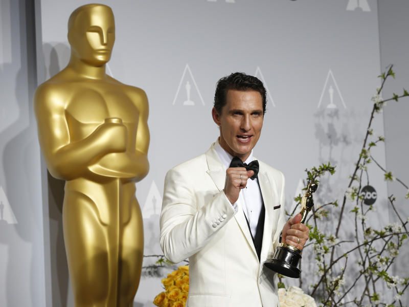 """Matthew McConaughey holds his Oscar for Best Actor for the film """"Dallas Buyers Club"""" at the 86th Academy Awards in Hollywood, California March 2, 2014 REUTERS/ Mario Anzuoni (UNITED STATES TAGS:ENTERTAINMENT) (OSCARS-BACKSTAGE)"""