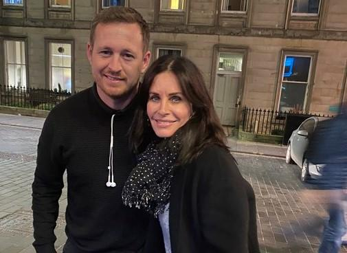Courtney Cox with cab driver Fraser Ogilvie in Edinburgh (FraserOgilvie10/Twitter)