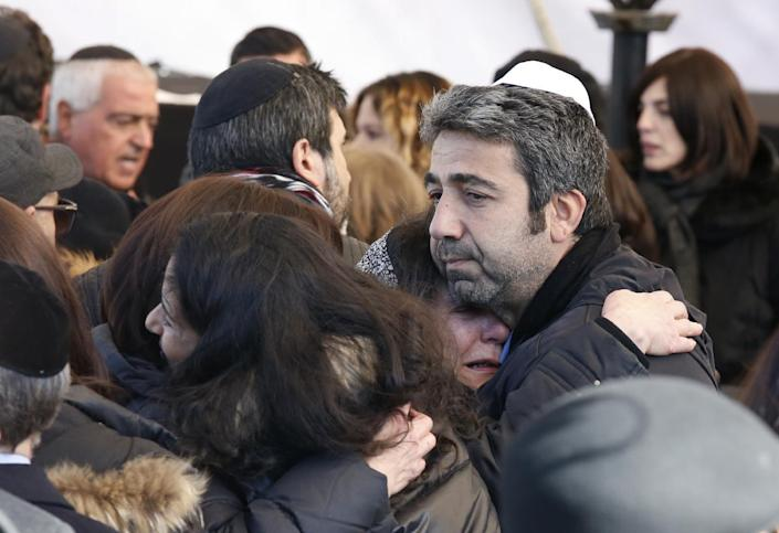 Israeli mourners hug before the funeral in Jerusalem on January 13, 2015 of four French Jews killed in an Islamist attack on a kosher supermarket in Paris last week (AFP Photo/Jack Guez)