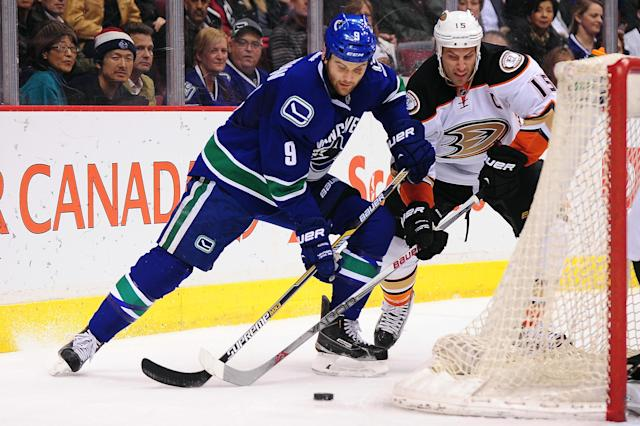 Patrick Maroon turtles in fight with Zack Kassian (Video)