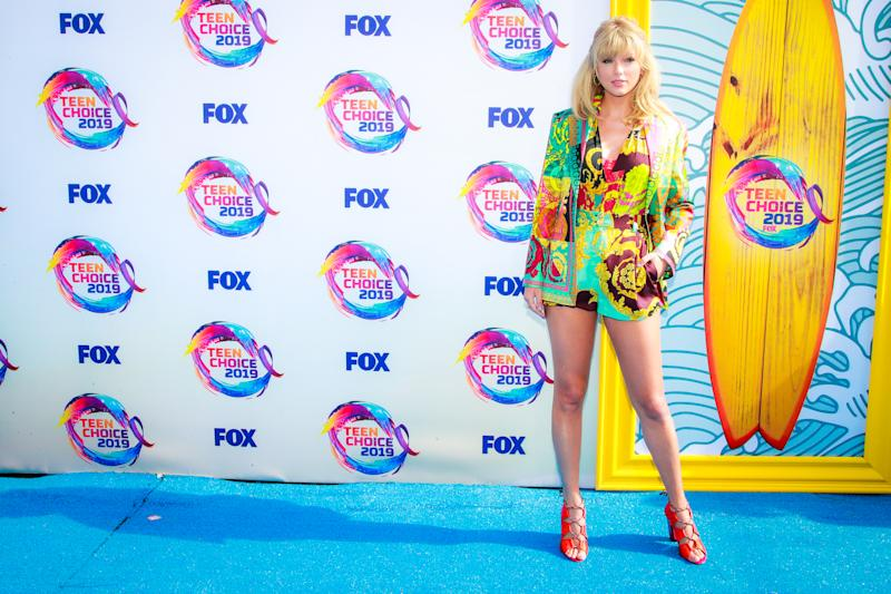 HERMOSA BEACH, CALIFORNIA - AUGUST 11: Taylor Swift attends FOX's Teen Choice Awards 2019 on August 11, 2019 in Hermosa Beach, California. (Photo by Rich Fury/Getty Images)