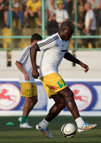 JS Kabylie's late Cameroonian striker Albert Ebosse warms-up ahead of his team's match with USM Alger in the city of Tizi-Ouzou, in the mainly Berber region of Kabylie east of the capital, on August 23, 2014 (AFP Photo/-)