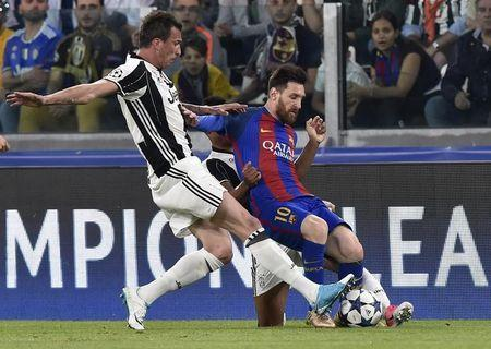 Football Soccer - Juventus v FC Barcelona - UEFA Champions League Quarter Final First Leg - Juventus Stadium, Turin, Italy - 11/4/17 Barcelona's Lionel Messi in action with Juventus' Mario Mandzukic Reuters / Giorgio Perottino Livepic