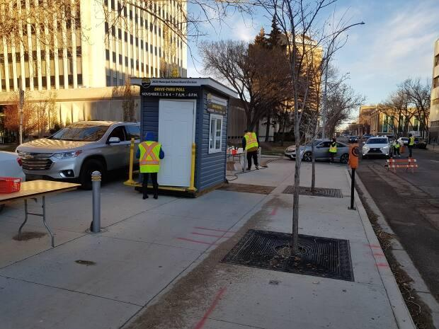 There was a steady flow of vehicles at the drive-thru advanced voting station at City Hall in Regina, Sask. on Nov. 2.