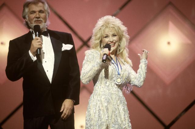 Dolly Parton and Kenny Rogers pictured in 1990. (Photo: Beth Gwinn/Redferns)