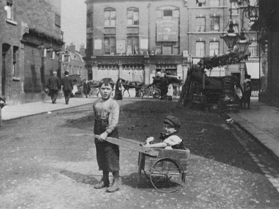 Poor Jewish children playing in London's east end, 1900: Heritage Images/Getty Images