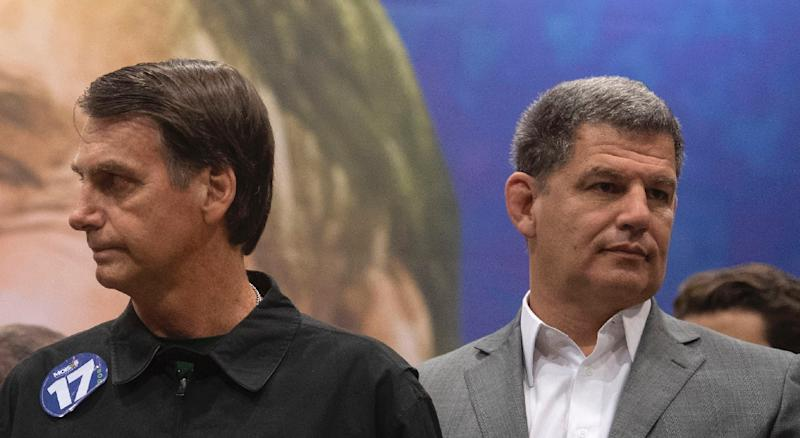 Brazilian President Jair Bolsonaro (l) has sacked Gustavo Bebiano (r) from the ruling party without explaining the decision