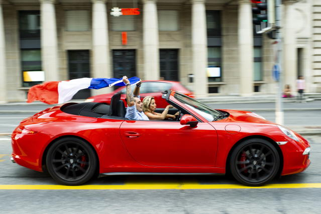 PHU30851 PUVI. Geneva (Switzerland Schweiz Suisse), 15/07/2018.- French supporters celebrate the victory in a car after the FIFA 2018 World Cup final soccer match between France and Croatia, at the St-Francois place, in Lausanne, Switzerland, 15 July 2018. (Croacia, Mundial de Fútbol, Suiza, Francia, Estados Unidos) EFE/EPA/JEAN-CHRISTOPHE BOTT