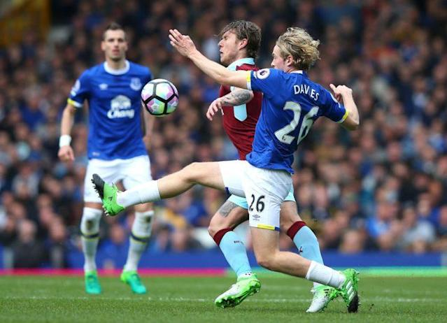 LIVERPOOL, ENGLAND – APRIL 15: Jeff Hendrick of Burnley and Tom Davies of Everton battle for possession during the Premier League match between Everton and Burnley at Goodison Park on April 15, 2017 in Liverpool, England. (Photo by Alex Livesey/Getty Images)