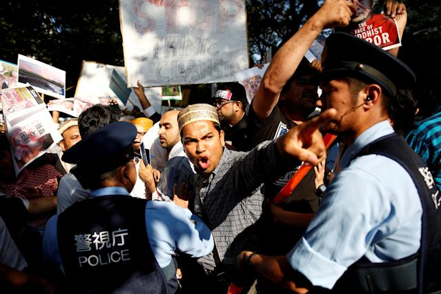 <p>Policemen stop Muslim protesters approaching pro-Myanmar protesters during a protest against the persecution of Rohingya minority in Myanmar, in front of the Myanmar Embassy in Tokyo, Japan, Sept. 8, 2017. (Photo: Kim Kyung-Hoon/Reuters) </p>