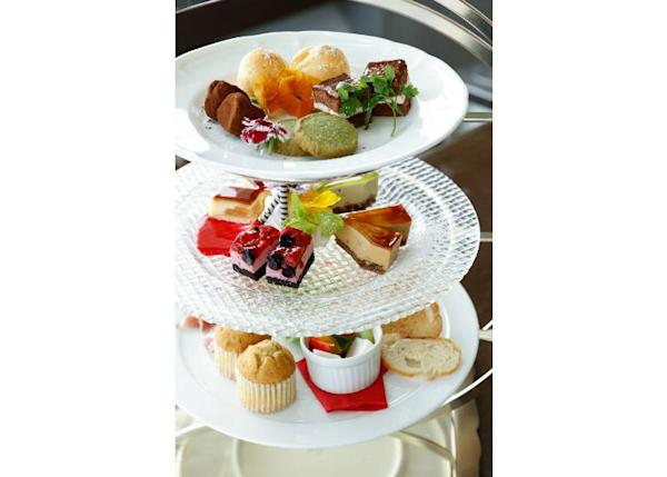 ▲The first and second plates are filled with luxurious desserts prepared by the restaurant's pastry chef. The lowermost plate presents a warm muffin cake and a carefully selected selection of cheese and fruit