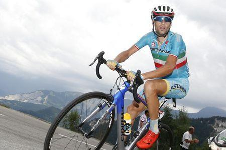 FILE PHOTO: Astana rider Vincenzo Nibali of Italy cycles to win the 138-km (85.74 miles) 19th stage of the 102nd Tour de France cycling race from Saint-Jean-de-Maurienne to La Toussuire-Les Sybelles in the French Alps mountains, France, July 24, 2015. REUTERS/Eric Gaillard