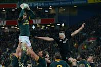 South Africa's lock Victor Matfield (L) takes the line-out ball with New Zealand's Wyatt Crocket in defense during their Rugby Championship Test match at Westpac Stadium in Wellington, on September 13, 2014 (AFP Photo/Marty Melville)