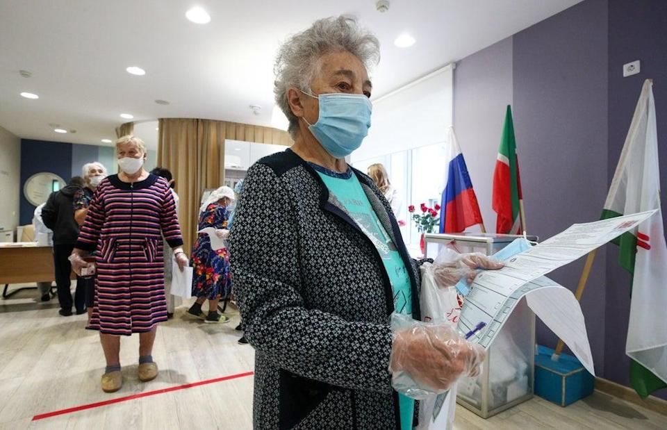 A voter holds ballots during the Russian parliamentary election at polling station 342 at the Republican Clinical Hospital in Kazan on Sunday  (Yegor Aleyev/Tass)